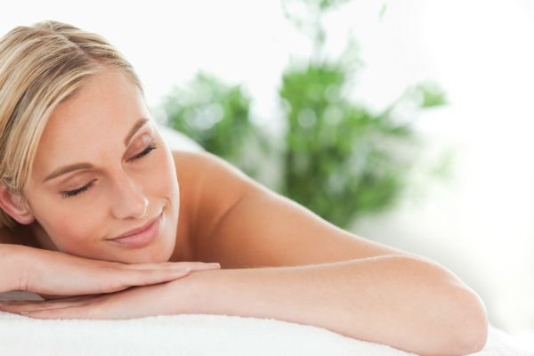 Cliente durante una seduta di massaggi curativi schiena