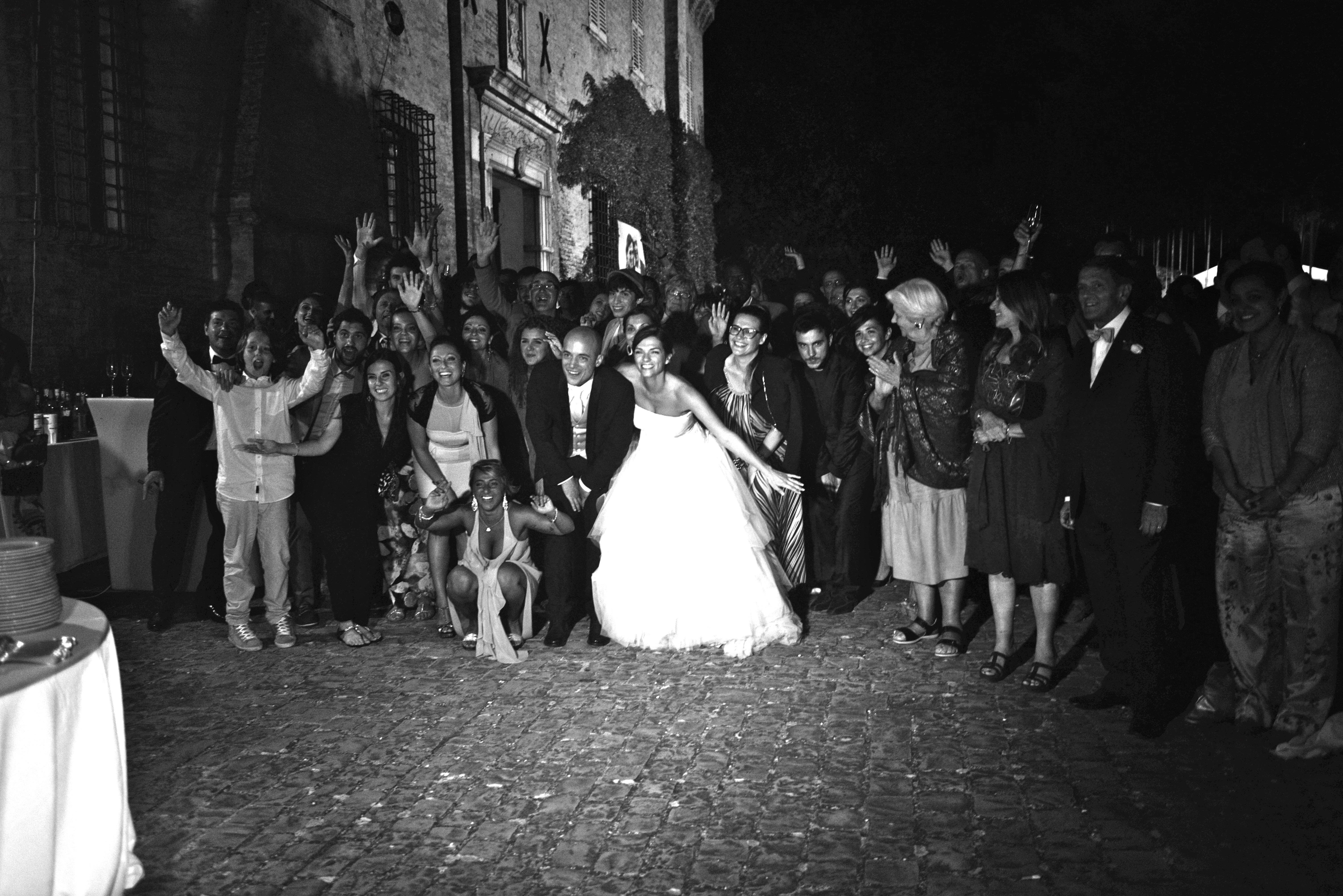 foto di gruppo di sposi e parenti in bianco e nero