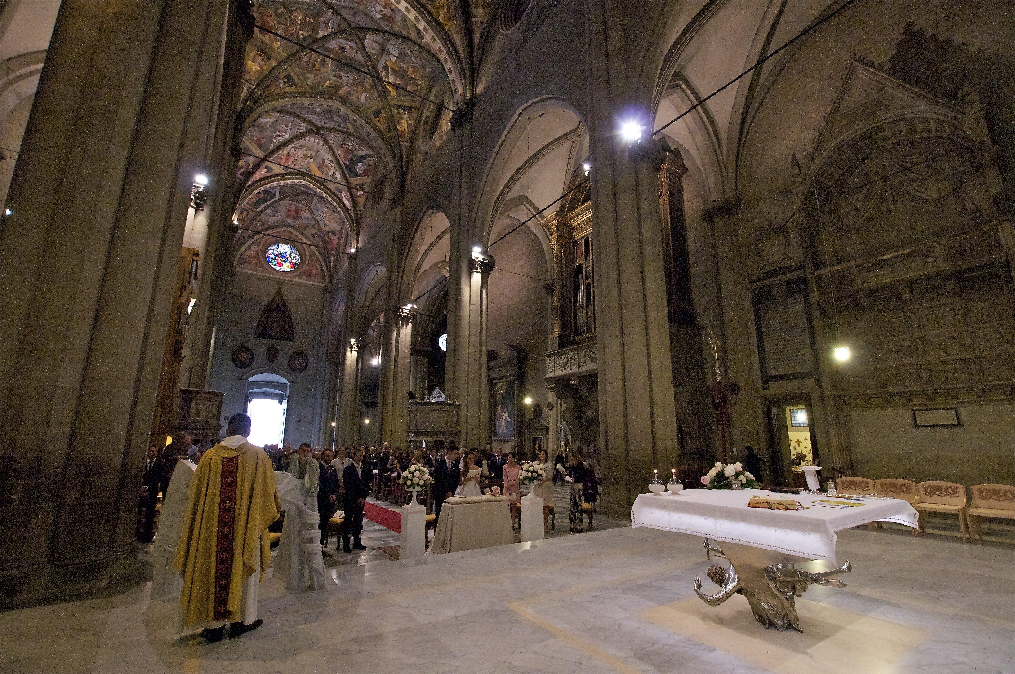 interno di una chiesa durante una cerimonia nuziale