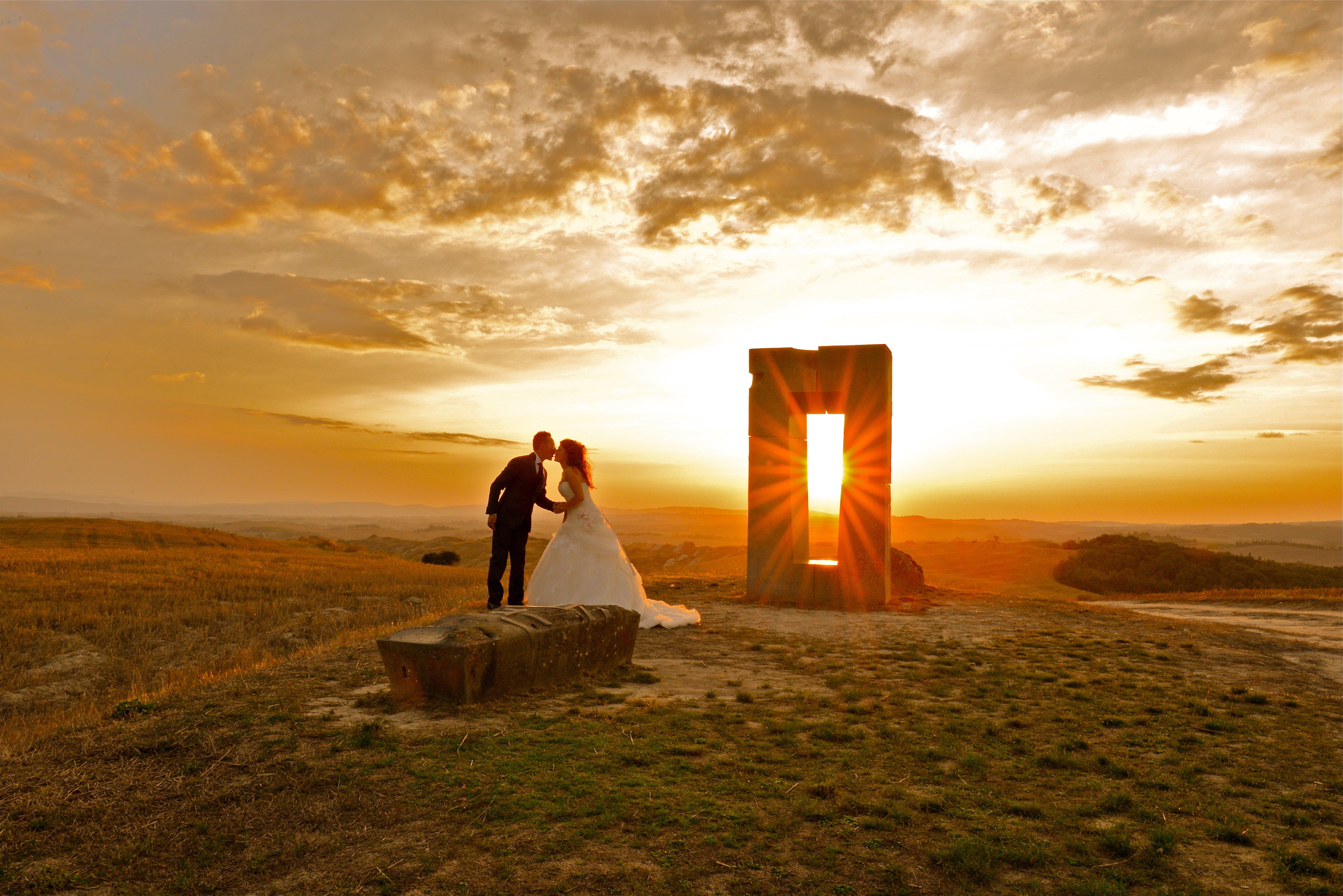 Bacio tra due sposi al tramonto