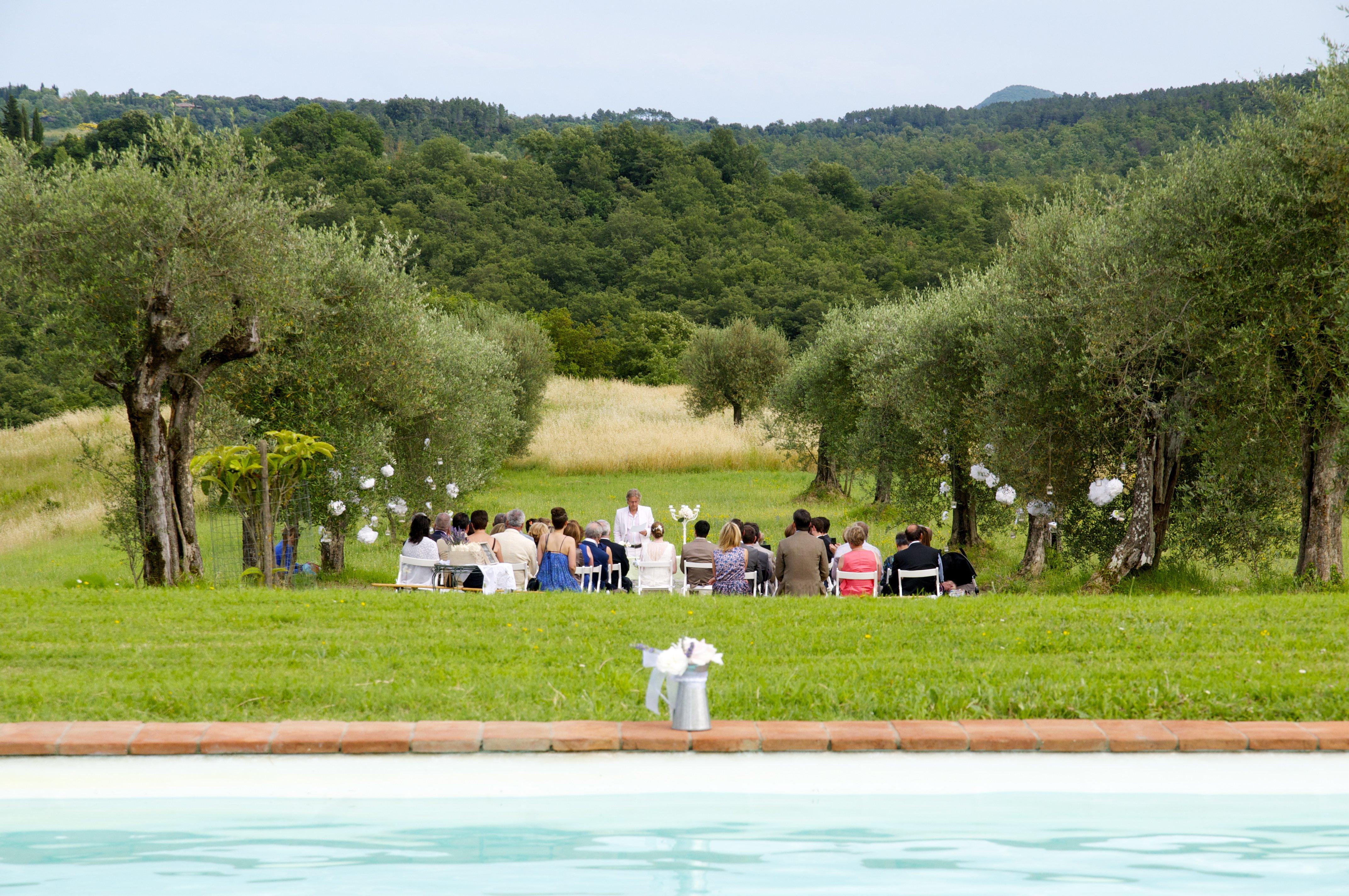 panoramica di una cerimonia nuziale in giardino