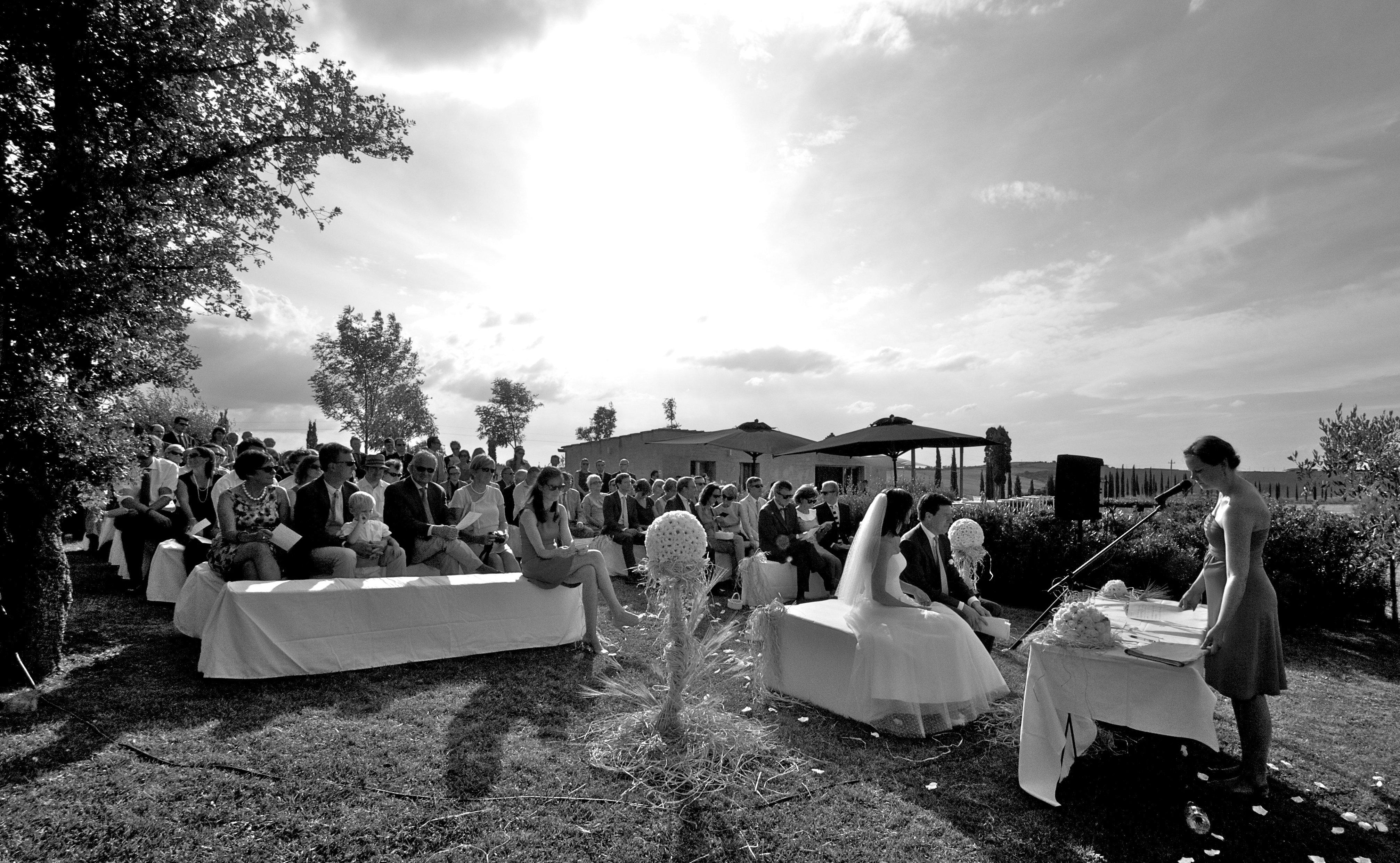 cerimonia nuziale in giardino in bianco e nero
