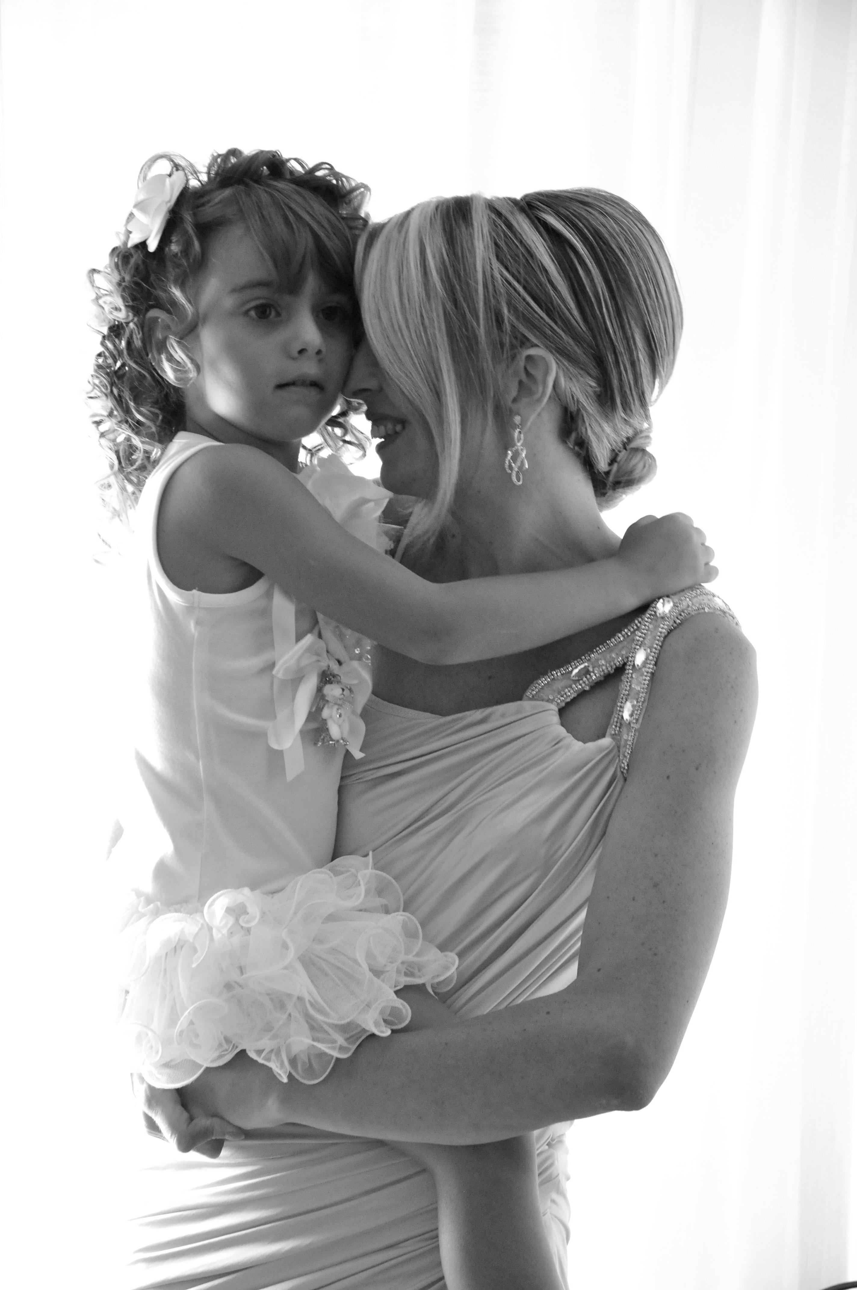 sposa con bambina damigella in braccio