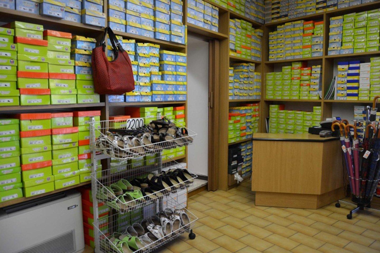 uno scaffale con scatole di scarpe