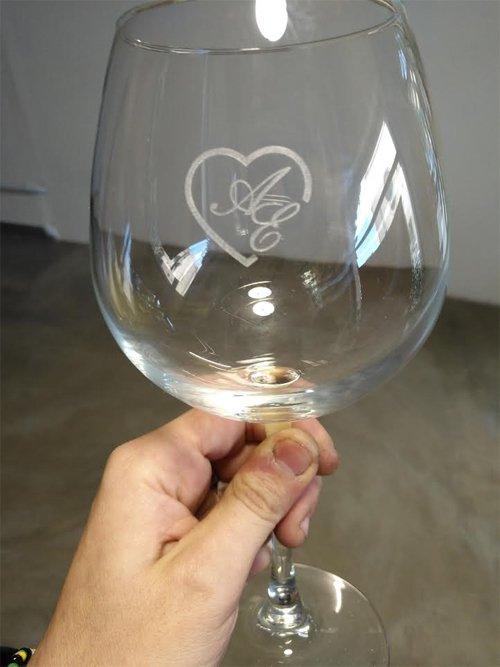incisione su un calice da vino
