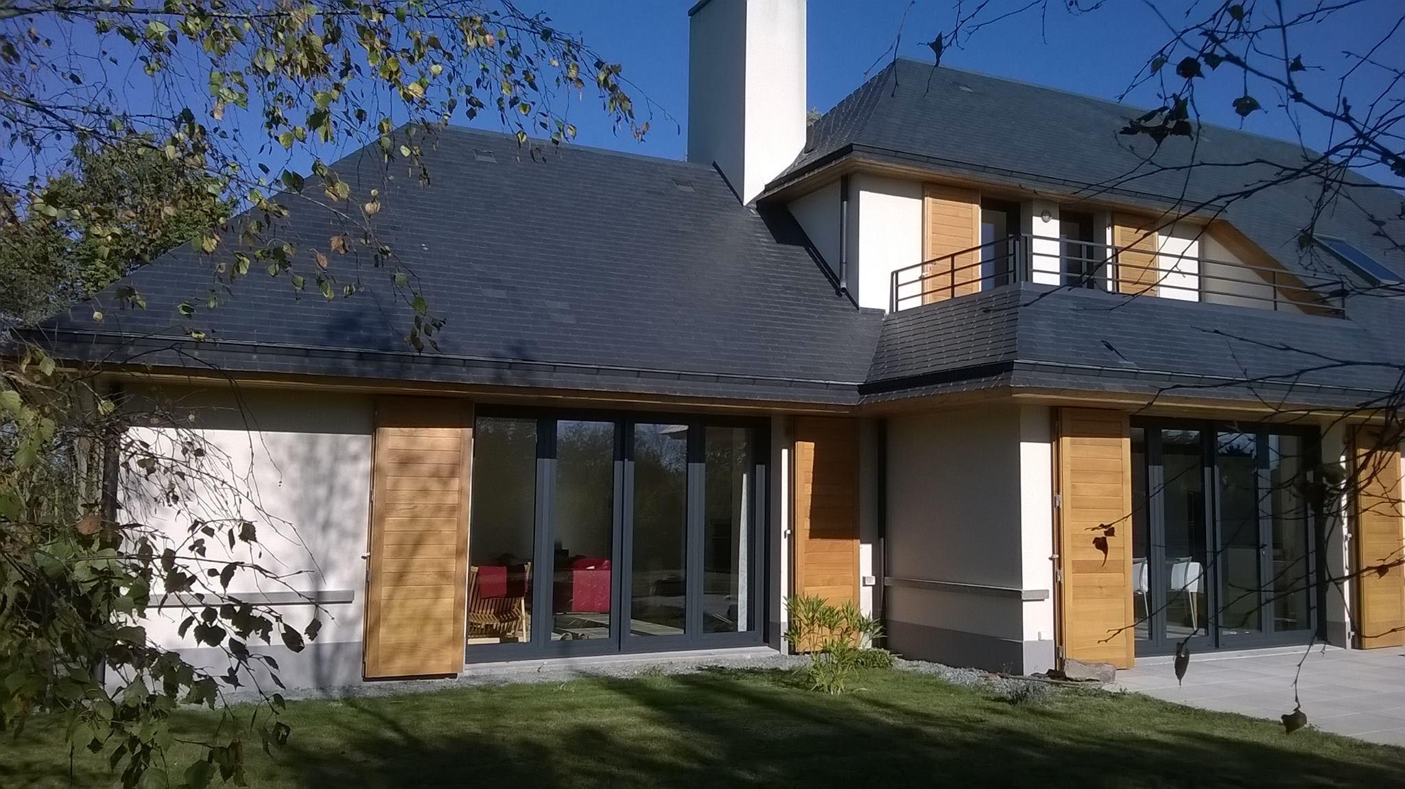 Pose de fenêtres et volets en bois sur maison neuve