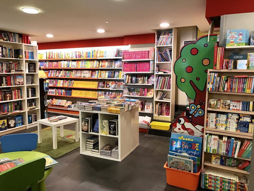 esposizione di libri e un tavolino