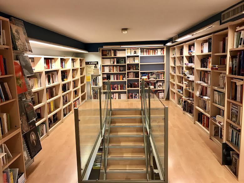 una scala e vista degli scaffali con i libri