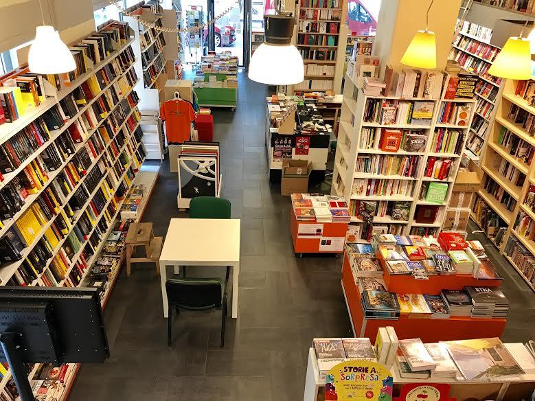 delle lampade a sospensione in una libreria