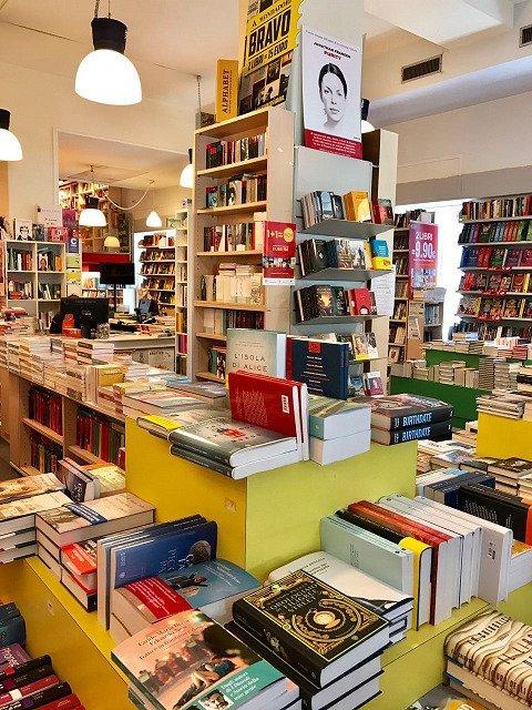 dei tavolini e dei libri esposti di diversi generi