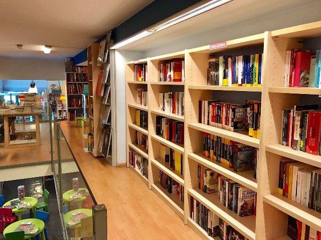 uno scaffale con dei libri