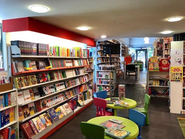 degli scaffali con dei libri per bambini
