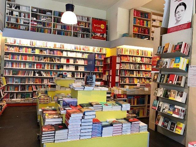esposizione di libri all'interno di una libreria