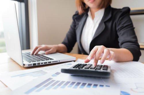 Consulente fiscale al computer
