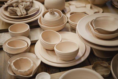 un set di piatti di porcellana