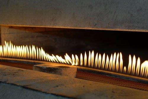 una linea di fiamme a gas