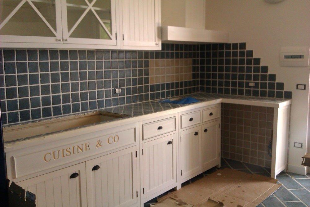 una cucina non ancora ultimata di color bianco