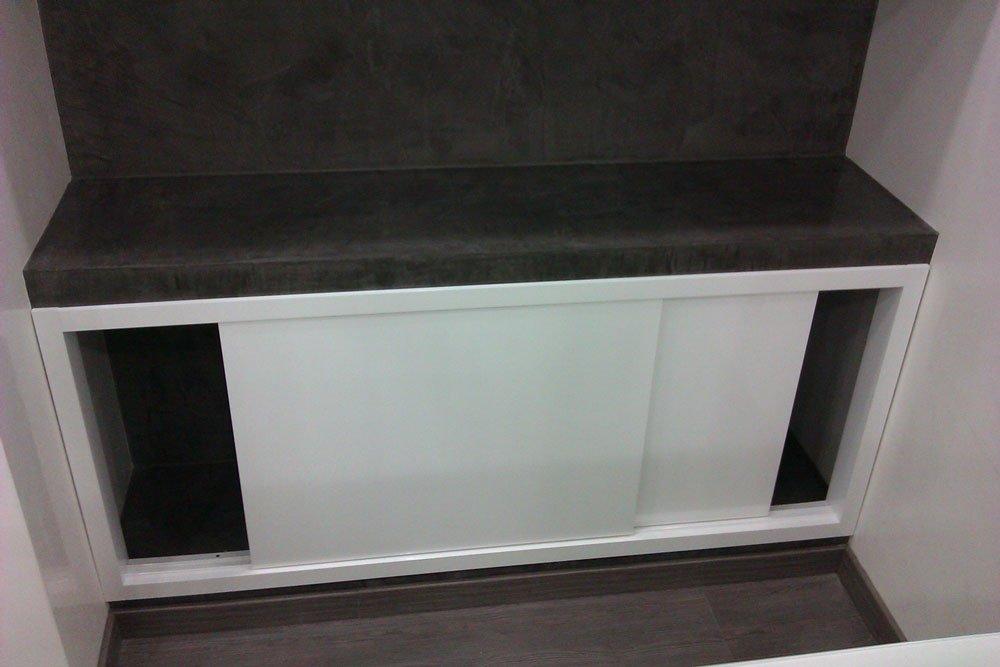 un mobiletto bianco con un top nero
