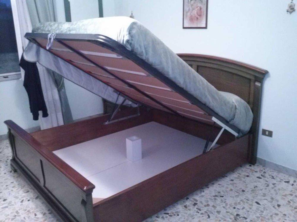 un letto con contenitore in legno sollevato