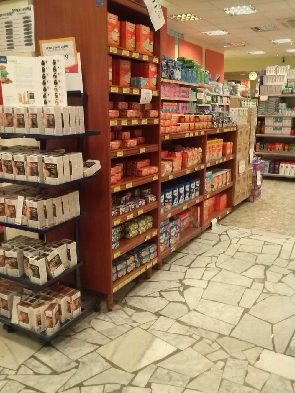 degli scaffali in legno in un supermercato con dentro degli alimenti