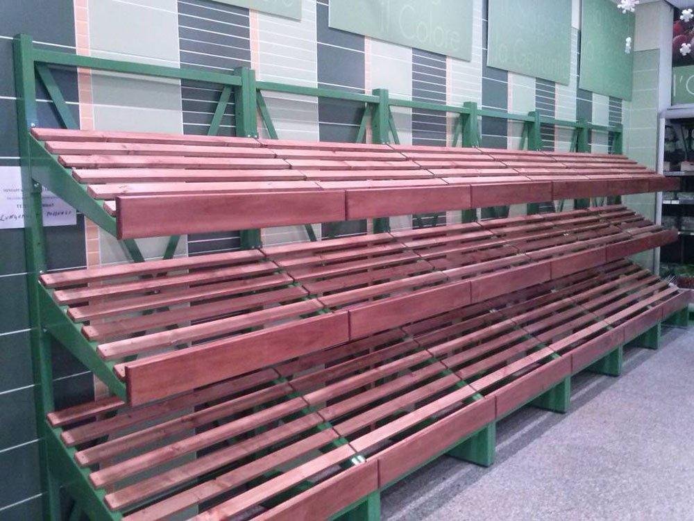 una struttura di ferro verde con delle assi di legno