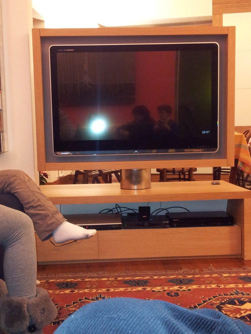 un mobiletto in legno e sopra una tv