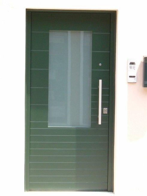 porta verde con inserto in vetro