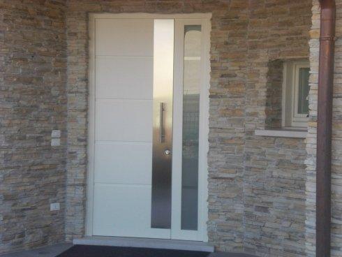 porta in legno e acciaio con finestre laterale