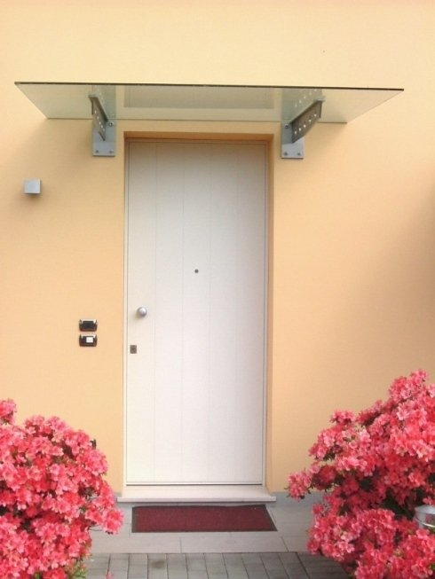 porta bianca con pensilina