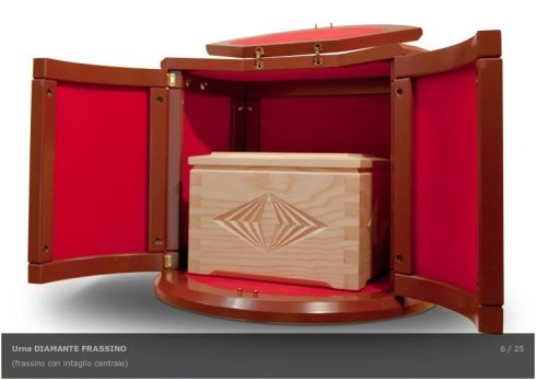 L'agenzia propone urne cinerarie in legno intagliato.