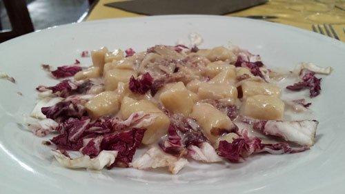 un piatto a base di pesce e insalata rossa