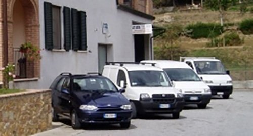 auto parcheggiate pronte per l'intervento