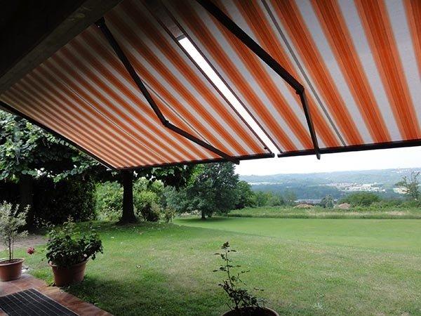 tenda rossa e bianca