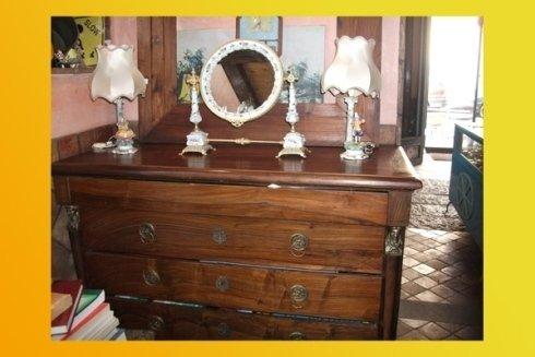 Cassettiera antica in salotto
