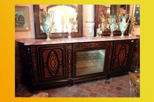 cassettiera con superficie in marmo e vasi antichi