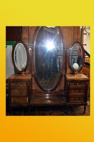 comodini con grande specchio di antiquariato