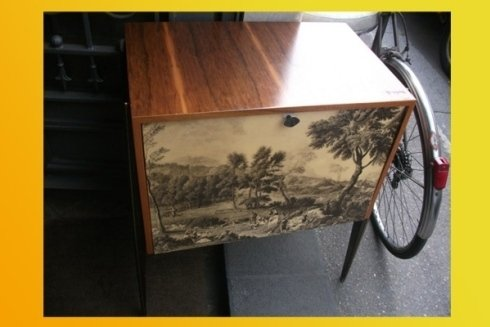 tavolino con gambe a spillo e immagine sul cassetto vintage