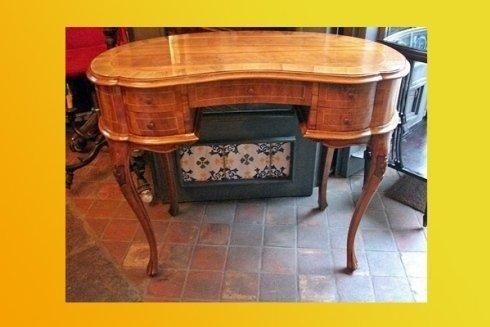 vista frontale di un  tavolino antico