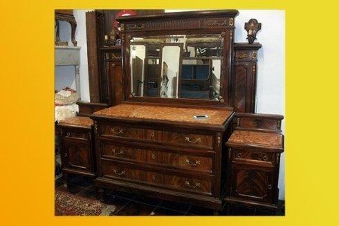 cassettiera con cassetti e specchio antico