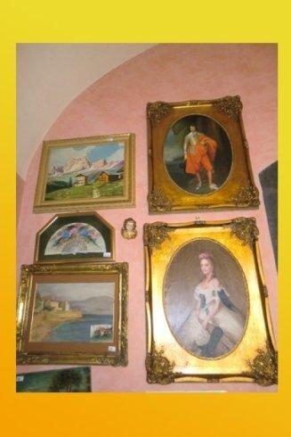 quadri d`epoca appesi al muro antichi