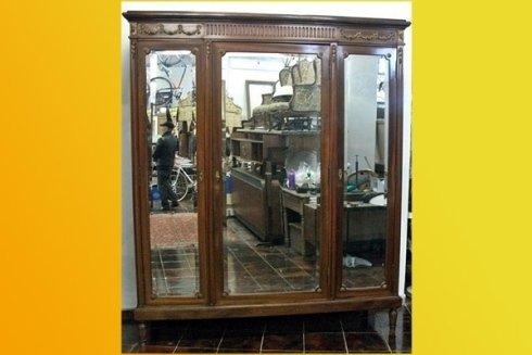 armadio restaurato con specchio antico