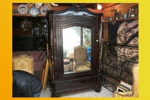 Armadio antico con specchio