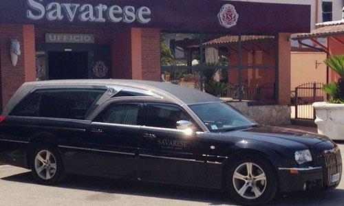 Un carro funebre di color nero parcheggiato in obliquo