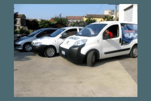 autovetture in parcheggio con logo aziendale