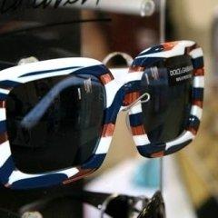 occhiali bianchi e blu