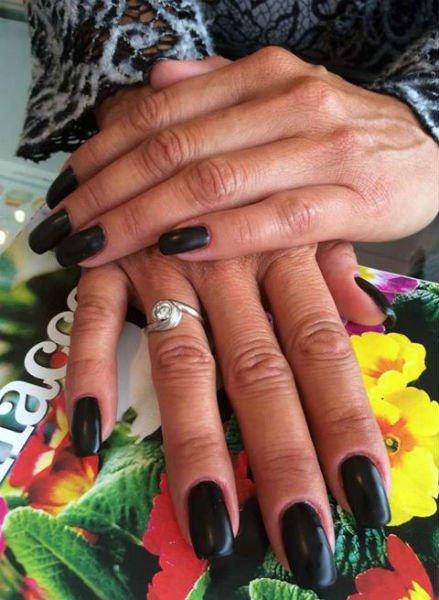 delle unghie con dello smalto nero