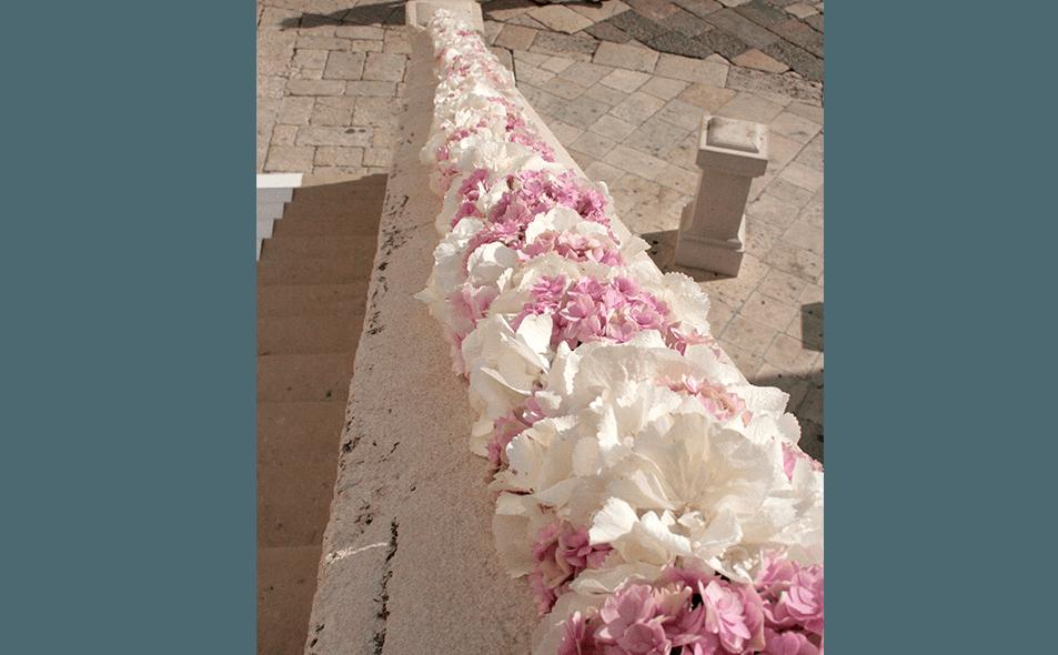 fiori_su_scale_in_pietra
