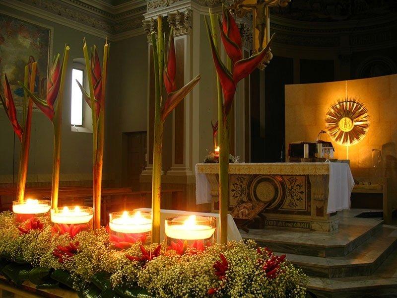 candele_accese_su_altare