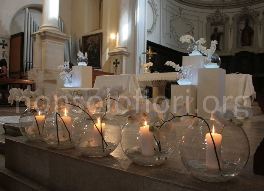 candele decorative su altare