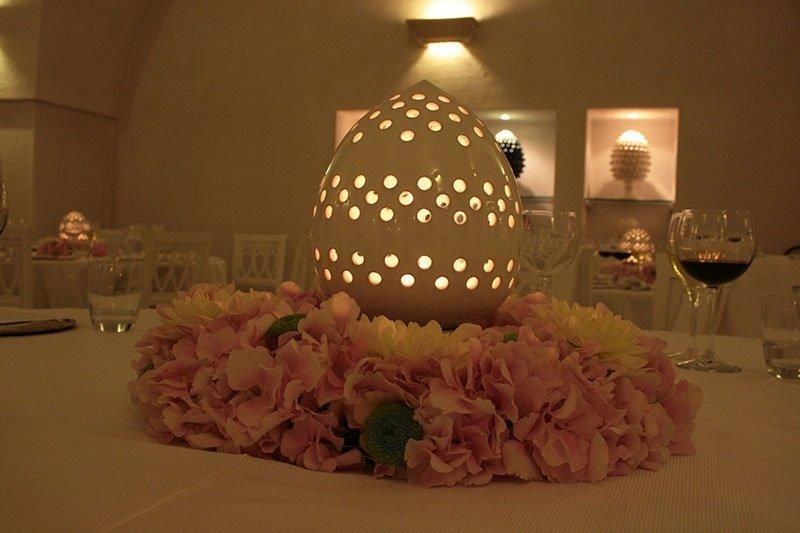 tavolo_con_illuminazione_uovo_fiorato_e_fiori